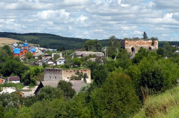 Синагога (вверху) и средневековые городские врата (внизу) Разницы никакой!