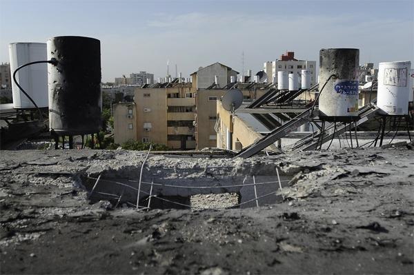 Израильский город Офаким после обстрела. (Фото Lior Mizrahi/Getty Images)